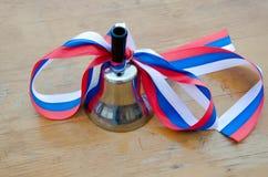 Bell dans l'école russe le 1er septembre Image libre de droits