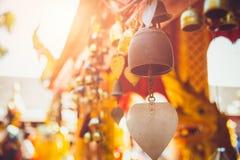 Bell de cobre amarillo vieja en el templo de Tailandia Imagen de archivo