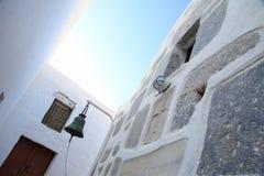 Bell de uma igreja na rua pequena de uma ilha grega fotos de stock