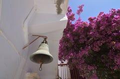 Bell del monasterio de Panagia Tourliani en Ano Mera On The Island de Mykonos La arquitectura ajardina travesías de los viajes imágenes de archivo libres de regalías