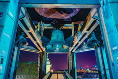 Bell della chiesa del ` s di St Ann a Varsavia alla notte Fotografie Stock Libere da Diritti