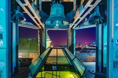 Bell della chiesa del ` s di St Ann a Varsavia alla notte Fotografie Stock