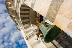 Bell des lehnenden Kontrollturms in Pisa stockfoto