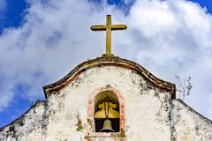 Bell e crucifixo sobre a capela velha Imagens de Stock Royalty Free