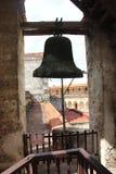 Bell em Havana Cathedral em Havana Street idosa em Cuba imagem de stock