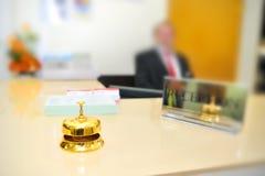 Bell en la recepción del hotel Fotos de archivo