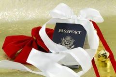 Bell et rubans avec le passeport de voyage de vacances Photo libre de droits