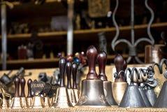 Bell für Verkauf in der alten Stadt Prag, Tschechische Republik stockfotos