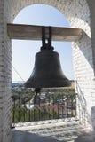 Bell mit den Aufschrift ` Gleichgestellt-Aposteln ein großes Prinz Vladimir ` auf dem Glockenturm der Kirche des Eintritts vom Lo stockbilder