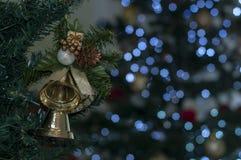 Bell na árvore com o espaço para escrever a mensagem do Natal fotografia de stock