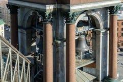 Bell nella portata del campanile della cattedrale della st Isaac a St Petersburg fotografia stock libera da diritti