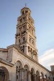 Bell står hög av domkyrka för St. Duje. Arkivbild