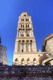 Bell står hög av domkyrka för St. Duje. Arkivfoto