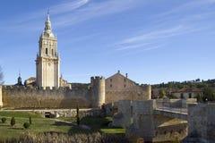 Bell står hög av domkyrkan av Burgo de Osma Royaltyfria Foton