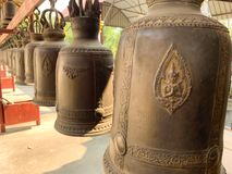 Bell am Tempelhintergrund stockbilder