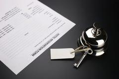 Bell und der Schlüssel an der Aufnahme im Hotel Lizenzfreie Stockbilder