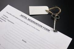 Bell und der Schlüssel an der Aufnahme im Hotel Lizenzfreies Stockfoto