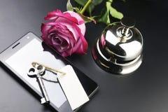 Bell und der Schlüssel an der Aufnahme im Hotel Lizenzfreies Stockbild