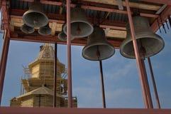 Bell und Kirche Stockbild