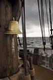 Bell w antycznym statku pokładzie Fotografia Stock