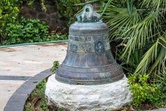 Bell w ogródzie w Greckokatolickim kościół Dwanaście Apostl obraz royalty free
