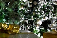 Bell y accesorios en fondo del árbol de navidad Imagen de archivo libre de regalías