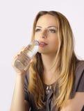 Bella acqua potabile della giovane donna Immagini Stock