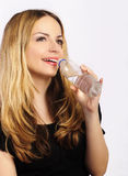 Bella acqua potabile della giovane donna Immagine Stock Libera da Diritti