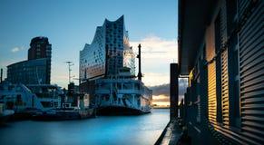 Bella alba ai ponti di atterraggio di Amburgo fotografie stock libere da diritti