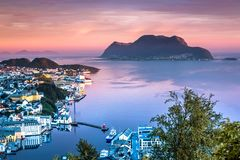 Bella alba in Alesund, la città più bella nella costa occidentale della Norvegia; preso dal supporto Aksla immagine stock