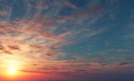 Bella alba con cielo blu e le nuvole rosa fotografie stock