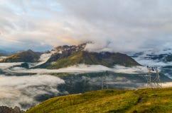 Bella alba con le nuvole e la nebbia nelle montagne, Austria Fotografie Stock