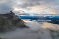 Bella alba con le nuvole e la nebbia nelle montagne, Austria Immagini Stock