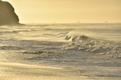 Bella alba con quattro navi nell'orizzonte Fotografia Stock