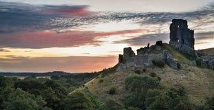Bella alba di estate sopra paesaggio delle rovine medievali del castello Immagini Stock Libere da Diritti