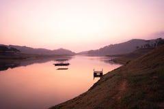 Bella alba di mattina di paesaggio nel lago fotografie stock libere da diritti