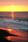 Bella alba dorata come veduto dalla spiaggia sabbiosa a Marbella Fotografia Stock