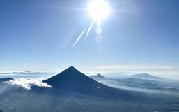 Bella alba e cielo blu dal vulcano immagine stock