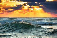 Bella alba e cloudscape scenico sopra le onde di oceano Fotografie Stock