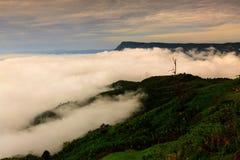 Bella alba e nuvola sul villaggio di Hmong in Phu Thap Boek, T immagini stock libere da diritti