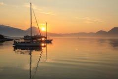 Bella alba fuori dalla costa dell'isola di Meganisi, mare ionico, Grecia fotografia stock libera da diritti