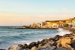 Bella alba ispiratrice in città greca Paleochora Immagini Stock Libere da Diritti