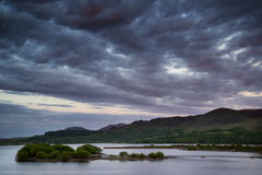 Bella alba lunatica sopra il lago calmo Fotografie Stock