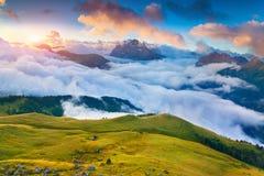 Bella alba nebbiosa nelle alpi italiane Dolomia, Ty del sud Immagini Stock Libere da Diritti