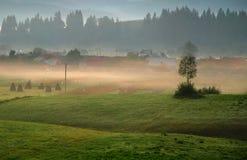 Bella alba nebbiosa sopra il villaggio Immagine Stock Libera da Diritti
