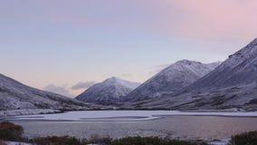 Bella alba nelle montagne Le nuvole volano rapidamente sul cielo Timelapse video d archivio