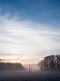 Bella alba sopra il campo nebbioso fotografie stock