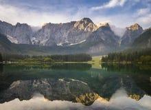 Bella alba sopra il lago della montagna in Julian Alps Fotografie Stock Libere da Diritti