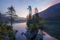 Bella alba sopra il lago della montagna in Julian Alps Fotografia Stock