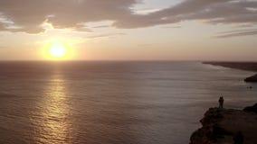 Bella alba sopra il mare sereno Una giovane coppia nell'amore ammira stock footage